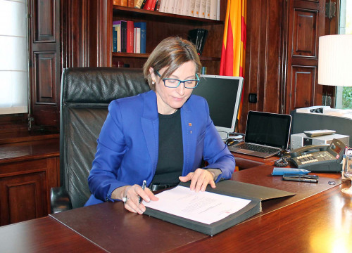 Image of Parliament's President, Carme Forcadell signing Carles Puigdemont's candidacy to be invested as Catalan President (by ACN)