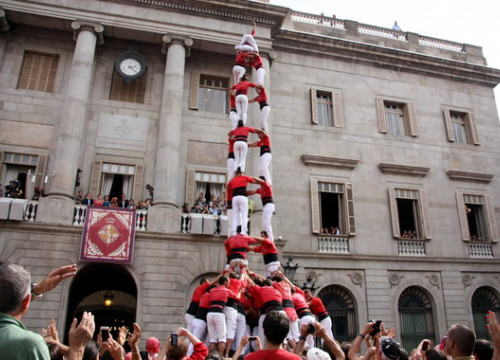 Castells perform at the Plaça Sant Jaume in Barcelona during La Mercè 2016 (by Julia Pérez)