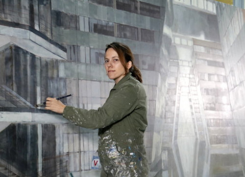 Catalan artist Bea Sarriàs paints NATO mural at body's HQ on March 14 2019 (by Blanca Blay)