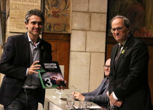 Catalan president Quim Torra with a copy of the encyclopedia on April 24 2019 (by Pau Cortina)