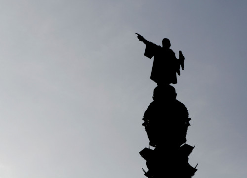 Silhouette of Columbus statue, in Barcelona (by ACN)