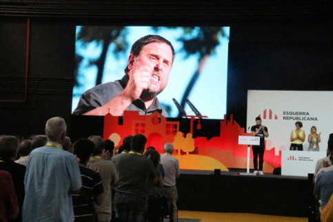 ERC leader Oriol Junqueras on a screen after party member Gabriel Rufián reads a letter written in prison on June 30 2018 (by ACN)