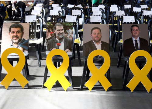 Empty seats and yellow ribbons in solidarity for jailed Catalan leaders (by ACN)