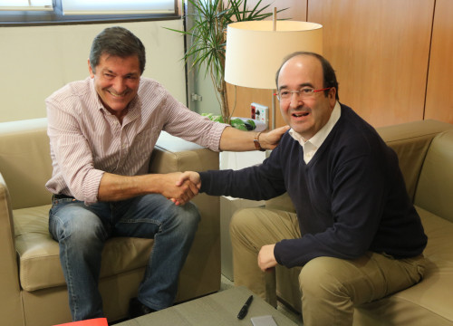 Javier Fernández, president of the PSOE's interim managing committee shaking hands with PSC's leader, Miquel Iceta (by ACN)