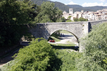 Filming takes place by Besalú's medieval bridge (Lourdes Casademont/ACN)