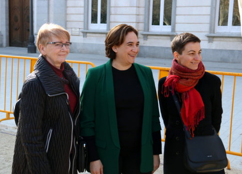 From left, Gabriele Zimmer, Ada Colau, and Ska Keller in front of the Supreme Court in Madrid on February 20 2019 (by Pol Solà)