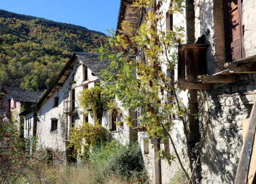 Houses in the ghost town of Àrreu in Pallars Sobirà on October 22 2018 (by Marta Lluvich)