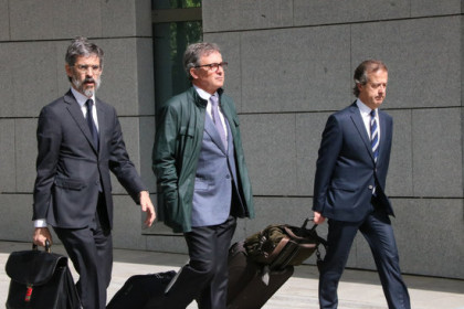 Jordi Pujol Ferrusola, son of the former Catalan president, leaving court accompanied by his lawyers in 2017 (Roger Pi de Cabanyes/ACN)