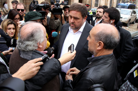Catalan Vice President and Minister for Economy, Oriol Junqueras surrounded by journalists (by ACN)
