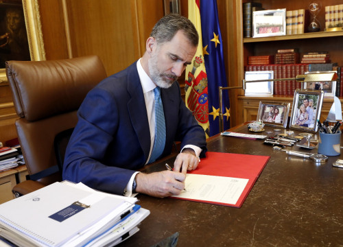 King Felipe VI sigining the decree naming Pedro Sánchez president of Spain on July 2, 2019 (Casa Real)