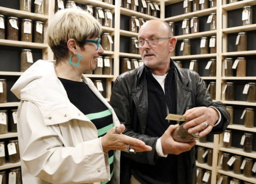 Kirkegaard discusses his art installation with councillor Anna Crespo (Anna Busquets/ACN)