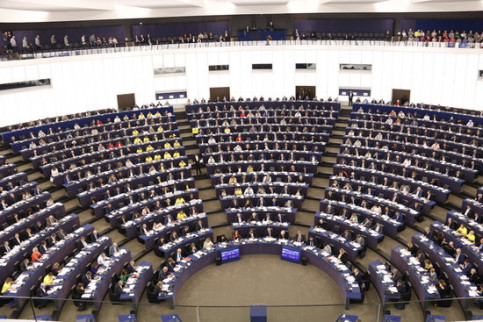 MEPs in the chamber in Strasbourg wearing yellow t-shirts demanding release of Catalan pro-independence leaders in jail on October 3 2018 (by Guifré Jordan)