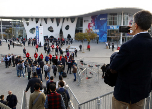 A man takes a picture of the Mobile World Congress' main entrance, at L'Hospitalet Gran Via (by ACN)