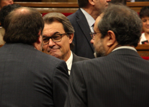 Current President Artur Mas talking to left-wing pro-independence ERC's leader, Oriol Junqueras and radical left CUP's top member, Antonio Baños, this Thursday in the Parliament (by ACN)