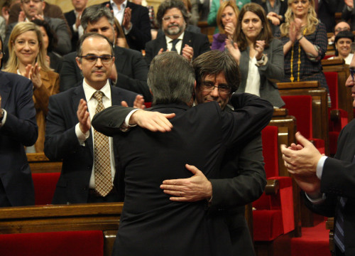 Current President, Artur Mas embracing the new Catalan President, Carles Puigdemont (by ACN)