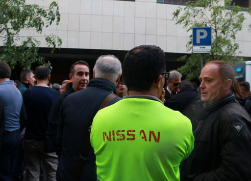 A group of Nissan employees outside the Catalan employment ministry