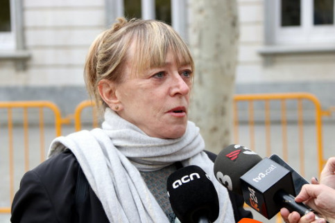 Nobel laureate Jody Williams speaks to the press outside the Spanish Supreme Court on April 9 2019 (by Andrea Zamorano)