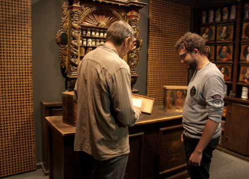 One of the grandchildren of the last pharmacist of the Llívia Pharmacy, Bruno Esteva, showing documents to the Llívia Museum Director Gerard Cunill on October 17 2018 (by Albert Lijarcio)