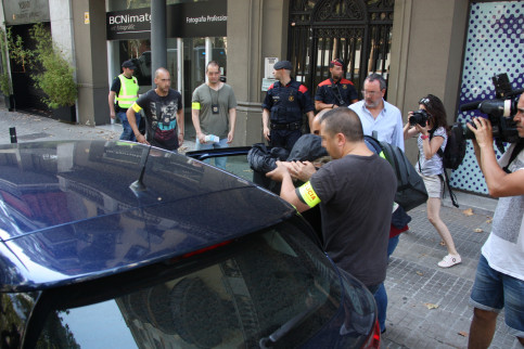 Spanish Police carrying out a search as part of the 'Operation Variola' against money laundering (by ACN)