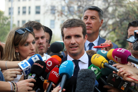 Pablo Casado speaks to the press in August 2018 (by Àlex Recolons)