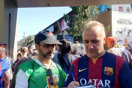 A Barça fan signs for the National Pact for the Referendum (PNR) outside Camp Nou (by Pacte Nacional pel Referèndum).