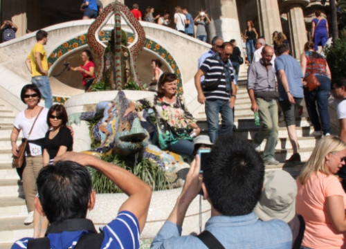 Monumental Zone with the famous Park Güell dragon full of tourists (by ACN)