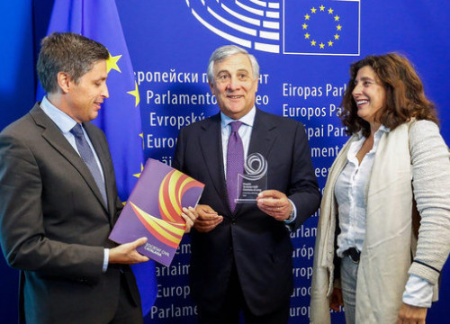President of the SCC José Rosiñol (left) and vice president Miriam Tey (right) deliver the 'Wisdom' award to EP president Antonio Tajani on October 3 2018 (photo courtesy of the Catalan Civil Society)