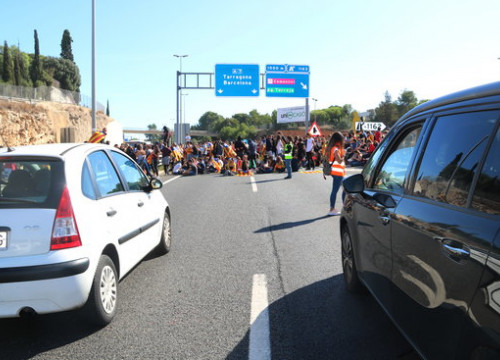 Pro-independence student protesters block the motorway near Tarragona on October 17, 2019 (by Mar Rovira)
