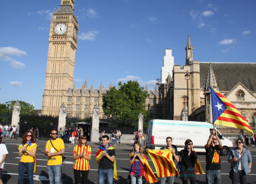 Catalan pro-independence demonstrators in front of the British Parliament on Catalonia's National Day (by ACN)