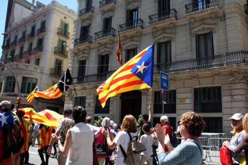 Pro-independence supporters demonstrating in front of a police station displaying the Spanish flag (by ACN)