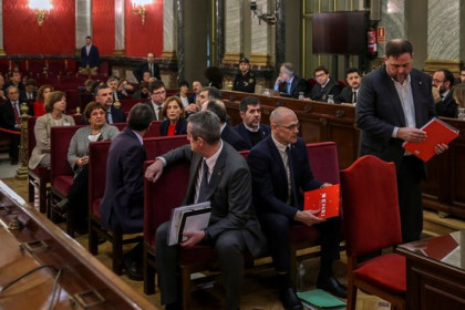 Prosecuted Catalan leaders, many incarcerated, at the beginning of the Catalan Trial on February 12 2019 (by EFE)