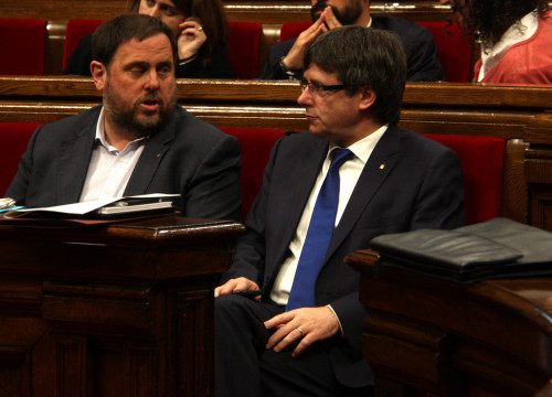 Catalan President, Carles Puigdemont, together with Catalan Vice President and Catalan Minister for Economy and Tax Office, Oriol Junqueras, discussing the scenario after CUP's veto on the budgfet for 2016 (by ACN)