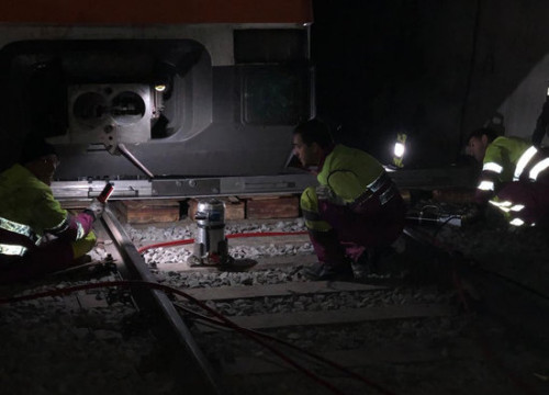 Renfe workers begin works to put the derailed train back on the tracks (Renfe)