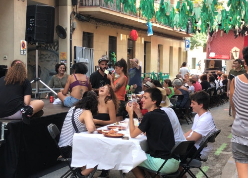 Sants residents enjoy a game of Bingo after a community paella meal on August 28, 2019 (Alicia Egorov/ACN)