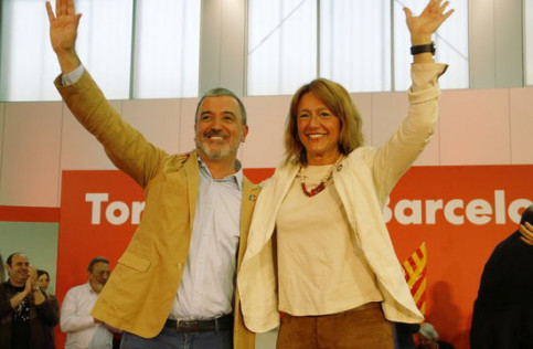 Socialist candidate for Barcelona Jaume Collboni and Laia Bonet wave at a campaign event on May 19 (Sílvia Jardí/ACN)