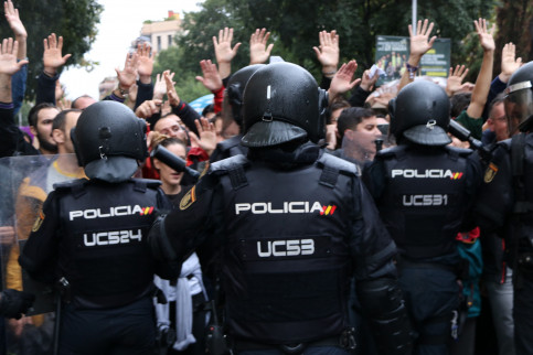 Spanish police in the foreground on October 1 2017 (by Andrea Zamorano)