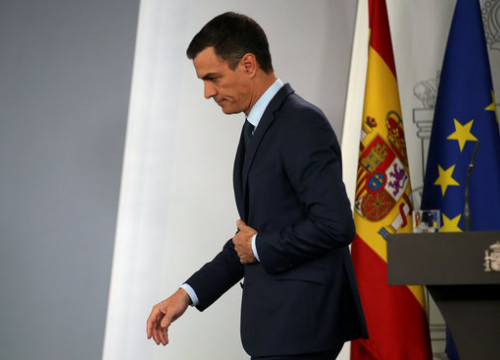 Spanish president Pedro Sánchez leaves the lectern on January 26 2019 (by Reuters)