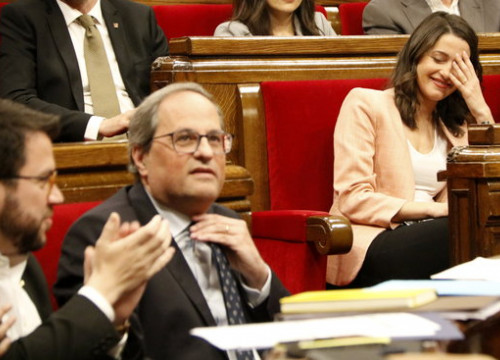 Inés Arrimadas looks disapprovingly at Quim Torra during the session