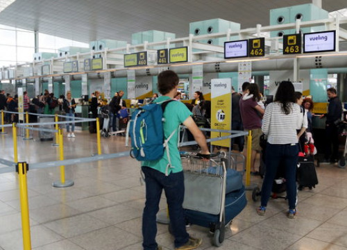 Travelers in line at the Vueling check in desk at El Prat (Àlex Recolons/ACN)