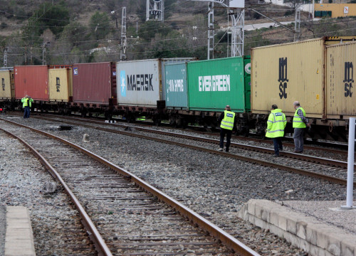 Train transporting goods in the south of Barcelona (by ACN)