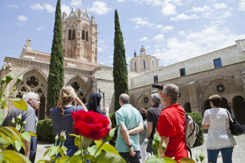 Tourists at Santa Maria de les Monges' monastery, in Lleida's region (by ACN)