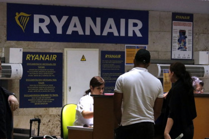 Two passengers at the Ryanair desk at the Girona airport on August 10 2018 (by Xavier Pi)