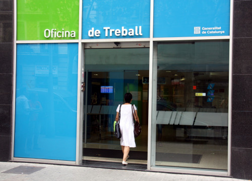 Woman entering an Employment office in Barcelona (by ACN)