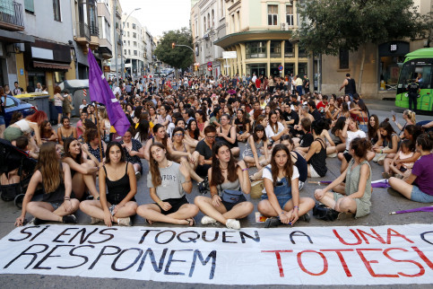 Women cut off traffic in central Manresa street as they protest violence against women on July 2, 2019 (Laura Busquets/ACN)