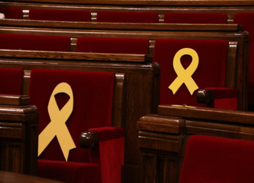 Yellow ribbons on MP seats in Catalan parliament on March 1 2018 (by Elisenda Rosanas)