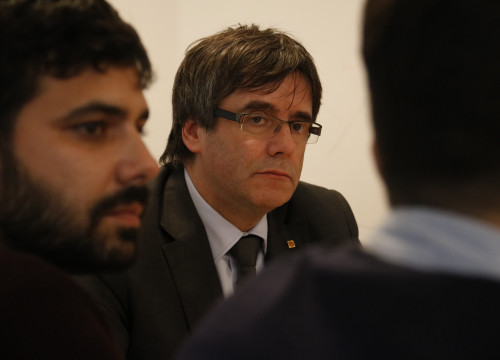 Carles Puigdemont (center) during a meeting with members of pacifist platform 'En Peu de Pau' held in Brussels on Wednesday (by Alan Ruiz Terol)