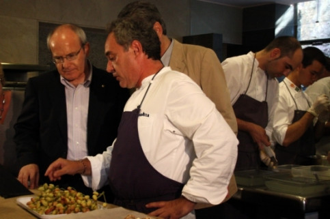 Ferran Adrià gives some explanations to Catalan President, José Montilla, at El Bulli restaurant