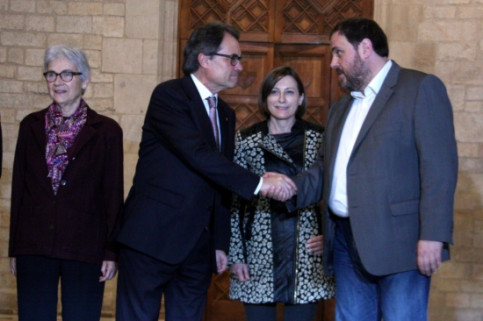Catalan President and CDC leader, Artur Mas (left), and ERC leader, Oriol Junqueras (right), shaking hands after reaching an agreement to call early elections (by ACN)