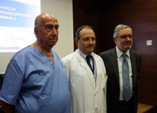 From left to right: the Digestive Endoscopic Service Head, the hospital's Care Director and La Caixa's Director for Science