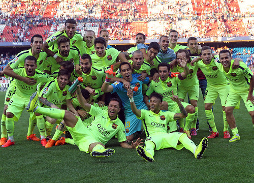 Barça players at the Vicente Calerón's pitch after winning the Spanish League title (by FC Barcelona)